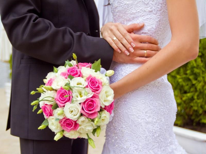 Свадебные букеты из белых и розовых роз