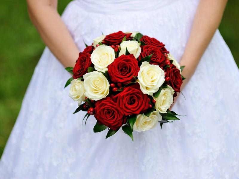 Букет невесты из белых и красных роз